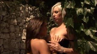 Две блондинки готовы к лесбийскому сексу