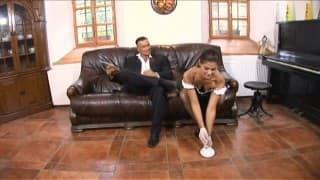 Испанская горничная предлагает свои дыры её боссу.