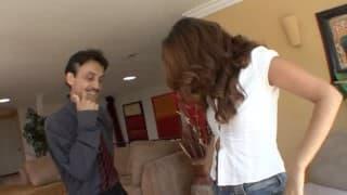 Сексуально возбуждённый трахает дочь его подружки, гостиной