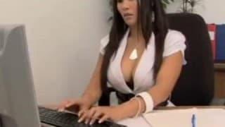 Непослушная секретарша соблазняет своего клиента