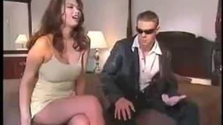 Тера Патрик принимает удары в киску от большого члена в комнате