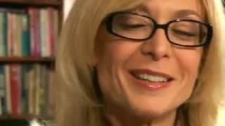 Зрелая женщина в очках трахает молодого парня на диване