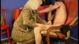 Возбужденная бабуля бьет молодого парня, чтобы взять его член