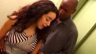 Молодая арабская девушка изменяет с большим черным членом