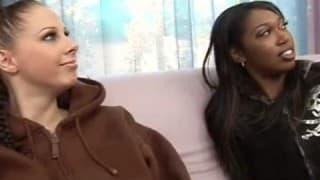Две девушки страстно ебут черного парня!
