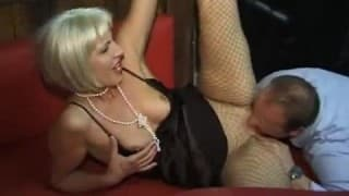 Зрелая женщина в клубе свингеров