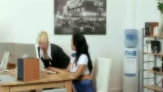 Две молоденькие секретарши делятся подпрыгиванием на одном члене