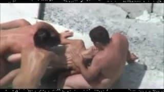 Парочки любителей трахаются на пляже не зная о камере