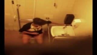 Скрытая камера в публичном женском туалете