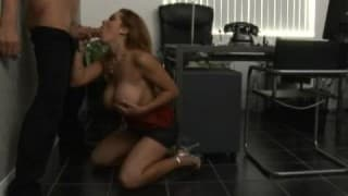 Блонд большая грудь получает секс игрушки, но в замен она хочет настоящий член