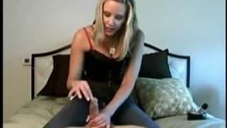 Блондинка любительница делает массаж одному члену