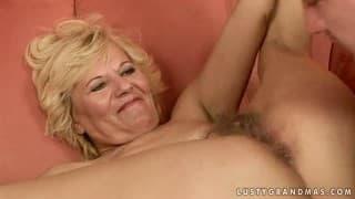Зрелая и волосатая блондинка готова на жесткое взвинчивание