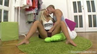 Красивая блондиночка получает её киску заполненной спермой