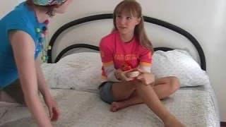 Подростки ласкают свои киски на камеру
