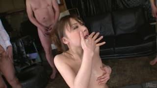 Айко Хирозе любит сосать несколько членов