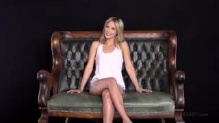 Жасмин трахает свою киску на диване