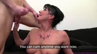 Красивая брюнетка в порно кастинге