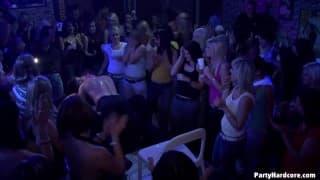 Молодые шлюхи трахаются в ночном клубе