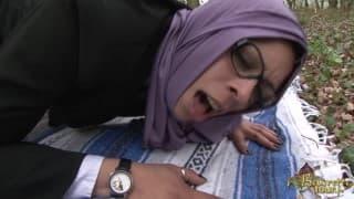 Арабская шлюха в очках трахается в лесу