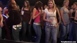 Шлюхи трахаются в ночном клубе