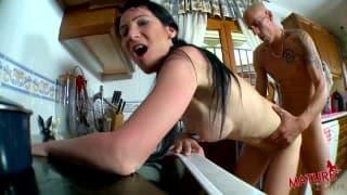 Лысый хер трахает мамашу на кухонном столе!