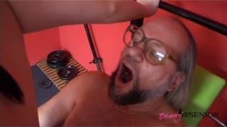 Зрелый мужчина трахается с молодой шлюхой