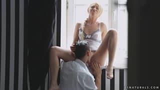 Линдси Олсен дрочит член своего парня ногами