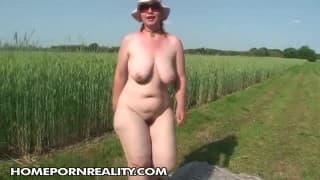 Большая волосатая женщина мастурбирует