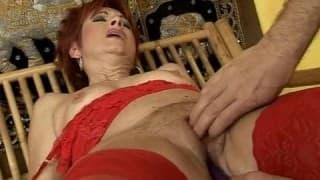 Зрелая женщина испытывает секс-игрушки