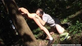 Трах в лесу со старым парнем