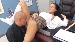 Наташа Найс получает на офисном столе