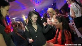 Порно в ночном клубе с возбуждёнными шлюхами
