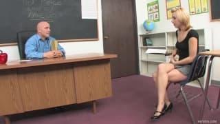 Лекси Белл любит своего учителя!