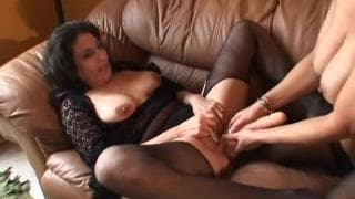 Лесбиянки Kelly Leigh и Sancha мастурбируют