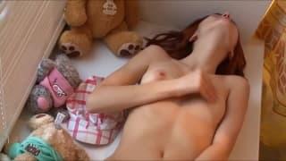 Секси девушке нравится ласкать себя между ног!