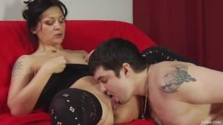 Очень возбужденная мамаша в секси чулках