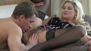 Блондинка мамаша возбуждает своего мужчину