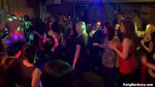 Потаскухи трахаются в ночном клубе