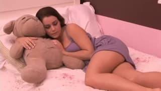 Молодая брюнетка и ее первый лесбийский трах