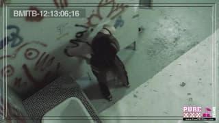 Молодая телка трахается в ванной комнате