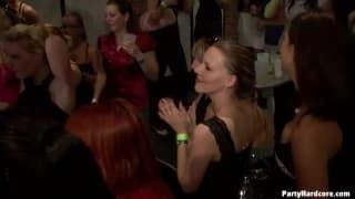Куча любителей для секса в ночном клубе