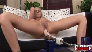 Кейли Хилтон пользуется двойной мастурбацией