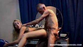Молодая блондинка и секс со стариком