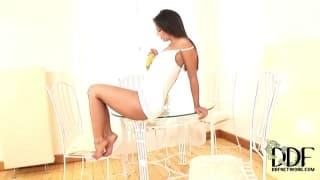Ева Энджел использует банан для мастурбации