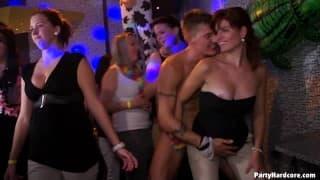 PartyHardcore -сцена группового секса в клубе