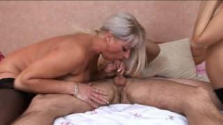 Секс втроем с мамашей и молодей шлюшкой!