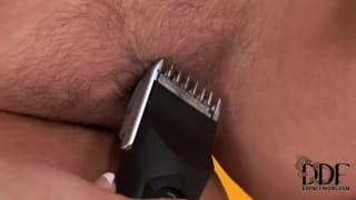 Валентина показывает как она бреет свою пизду