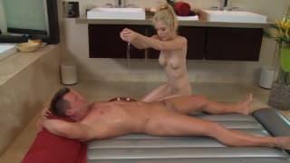 Тиффани Фокс делает горячий массаж
