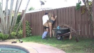 Саманта любит трахаться с садовниками