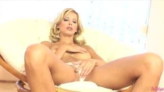 Симпатичная блондинка любит мастурбировать